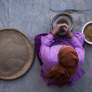 Kobieta z Jomsom ucierająca przyprawy w najgłębszej dolinie świata